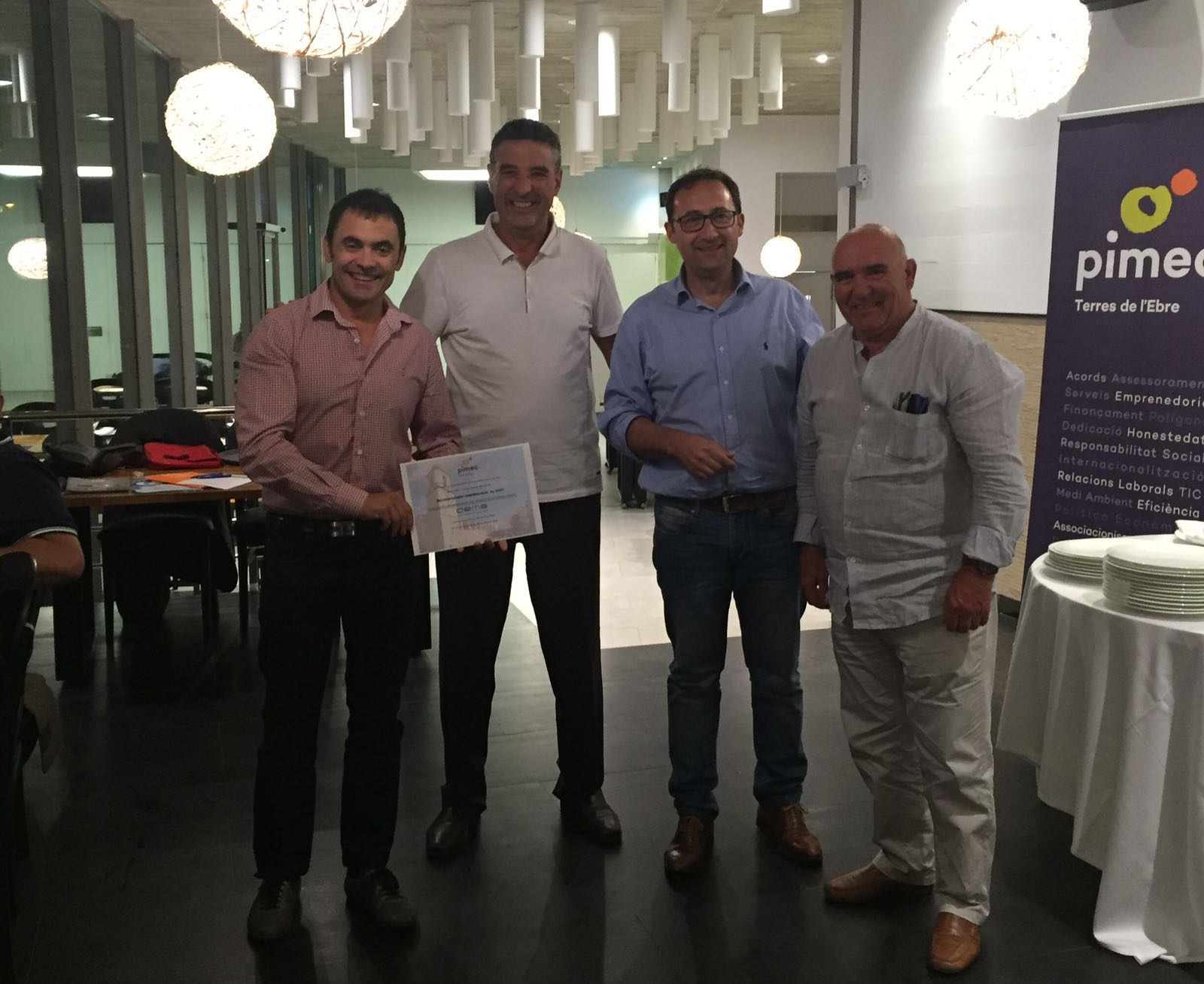El president de PIMEC Terres de l'Ebre, Sr. Santi Roselló, atorga al Sr. Jordi Royo, president del CEMS el diploma de soci honorari