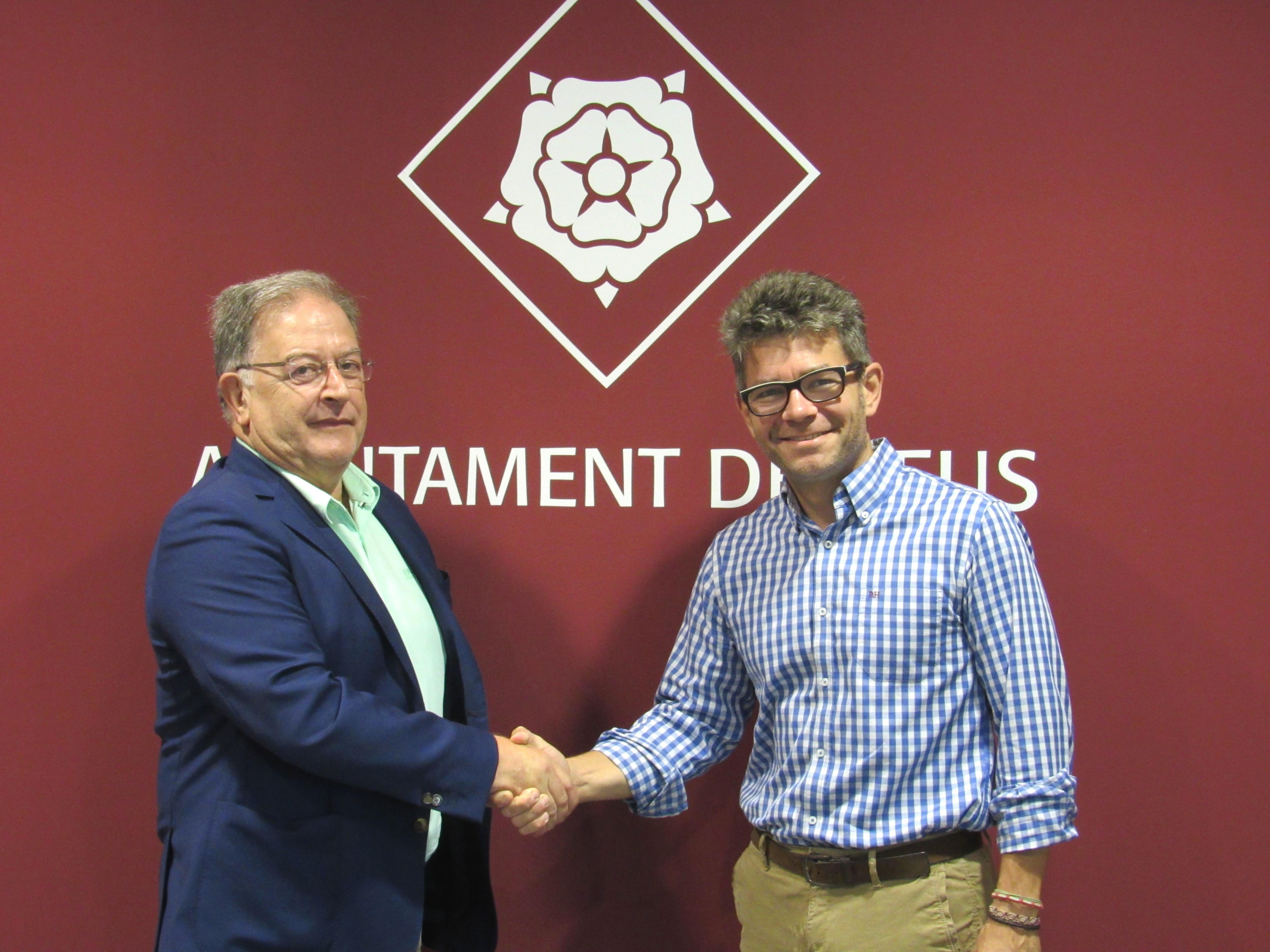 J. M. Caballero, president de PIMEC Baix Camp i M. Arza, regidor de promoció econòmica de l'Ajuntament de Reus durant la signa del conveni.